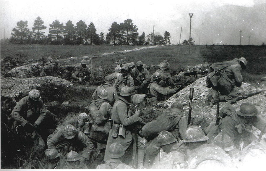 Soldiers of the 367th RI wearing assault rolls preparing to go into the attack at Orfeuil (Champagne) Oct. 1918. Note the man at center left carrying an ARS mask with a M2 as reserve.